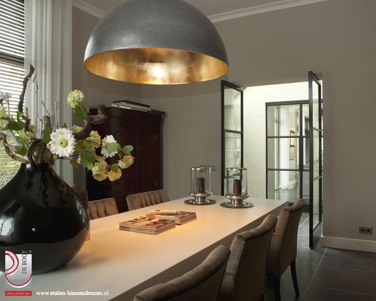 Voor klanten met een villa in Deil hebben we vijf sets stalen binnendeuren mogen ontwerpen en monteren. Het betreft hier zowel enkele als dubbele taatsdeuren met een drievlak verdeling.