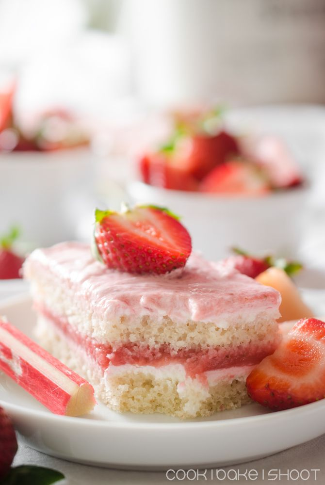 vegane Erdbeer Rhabarber Schnitten mit Zitronencreme/ vegan strawberry rhubarb cake with lemon cream
