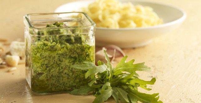 Frullare nel mixer la rucola con del sale, le noci tritate , l'olio e il pecorino grattato. Lessare la pasta e condirla con il pesto di rucola senza tuttavia scaldarlo...