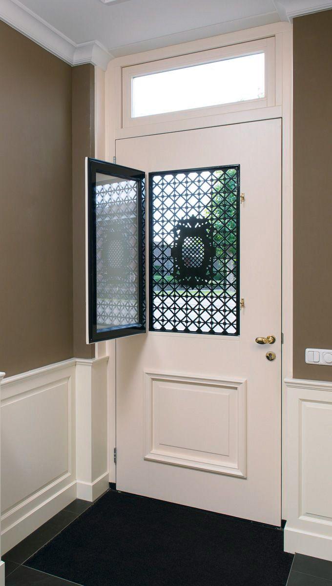 De deuren met roosten zijn aan de binnenzijde uitgevoerd met een draairaam dat voorzien is van hoogwaardige tochtwering. Hierdoor is ventilatie mogelijk met behoud van de veiligheid. Het draairaam is voorzien van veiligheidsisolatieglas.