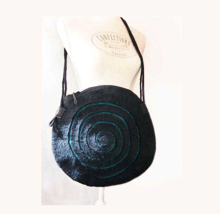Una borsa in feltro di un'insolita forma circolare di LeClarotteFelt su Etsy