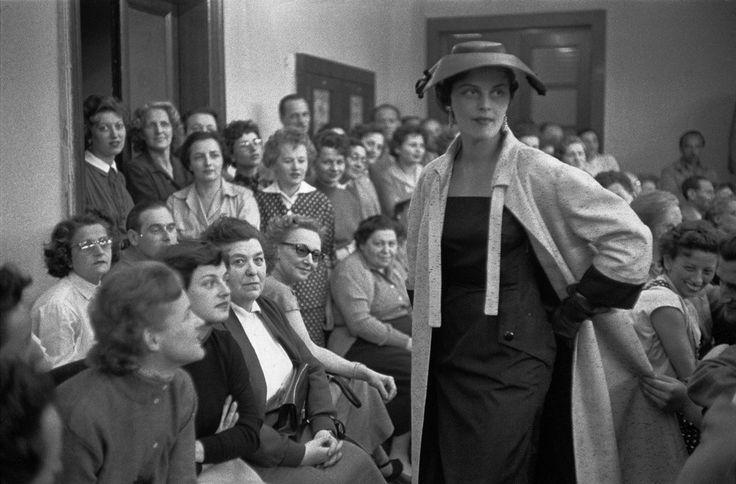Επίδειξη μόδας στο Ινστιτούτο Μόδας Βουδαπέστης Η Βουδαπέστη του 1956 ήταν η ποιο κομψή πόλη του κομμουνιστικού κόσμου