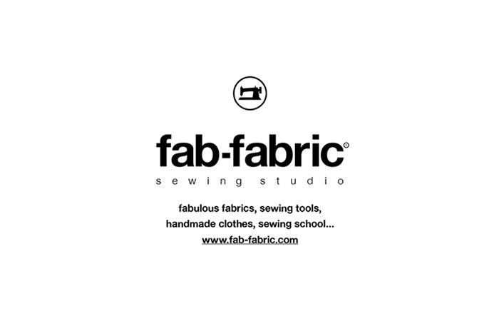 福岡市中央区・警固に先月オープンした洋裁生地・オリジナルウェア・ソーイングスタジオのお店 「fab-fabric sewing studio」。ロゴマークやWebサイト、一部のツール類をデザインさせて頂きました。  代表の池田真一さん、美穂さんご夫妻の「洋裁の、ほっこり手縫いなイメージが苦手なんです」という ご要望を頂いて、ロゴマークは業務用の製品のようなシンプルなものに。 3人で相談しながら、マークもいわゆる「ミシン」の形で、個性を出さないデザインに決定しました。  さっそくオリジナル商品用のタグやスタンプなどを制作されているようで、 気に入っていただけて、使いやすいマークを提案することが出来て良かったです。