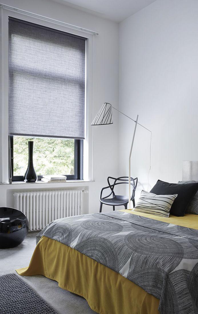 Heytens - store enrouleur gris chine ouvert - jete de lit zen et jaune - lampe mikado