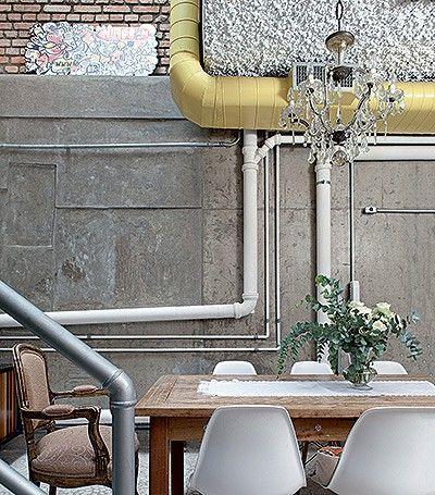 Sala de jantar | Os tubos de PVC e os canos de metal se misturam aos dutos de ar-condicionado, pintados de amarelo (Foto: Lufe Gomes/Casa e ...
