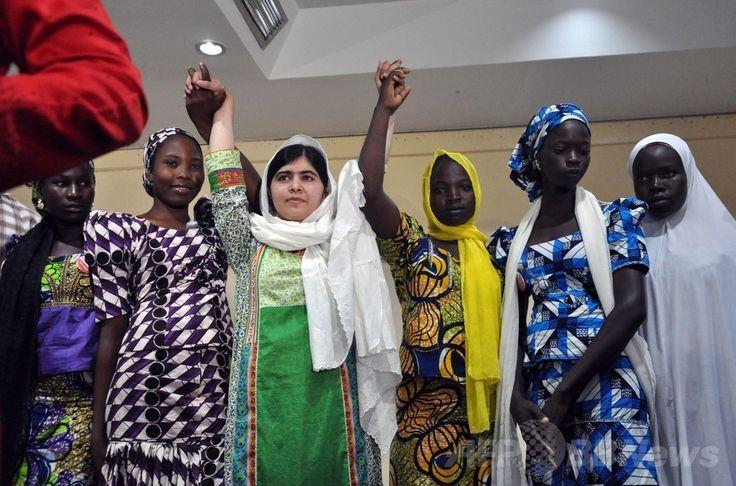 ナイジェリアの首都アブジャ(Abuja)で開いた記者会見後に、拉致された後に脱出した5人の女子生徒とともにポーズを取り、両腕を上げるマララ・ユスフザイ(Malala Yousafzai)さん(左から3人目、2014年7月14日撮影)。(c)AFP/ISAAC BABATUNDE ▼15Jul2014AFP|マララさん、ナイジェリア大統領に拉致少女の親との面会求める http://www.afpbb.com/articles/-/3020561 #Malala_Yousafzai ملاله يوسفزۍ
