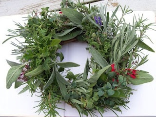 make an herb wreath - with instructions: Kitchens Window, Kitchens Remodel, Remodel Ideas, Gardens Ideas, Christmas Crafts, Crafts Ideas, Herbs Gardens, Herbs Wreaths, Christmas Gifts