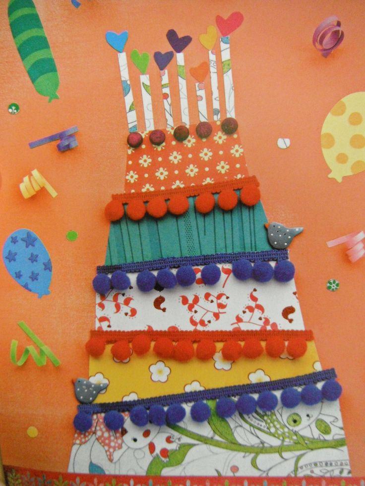 Pastís fet amb papers de regal.  Es poden fer 12 pisos (un per cada mes de l'any).   A cada pis aferrar les fotos dels alumnes que aquell mes celebren l'aniversari.    Es pot  penjar a la porta de la classe.