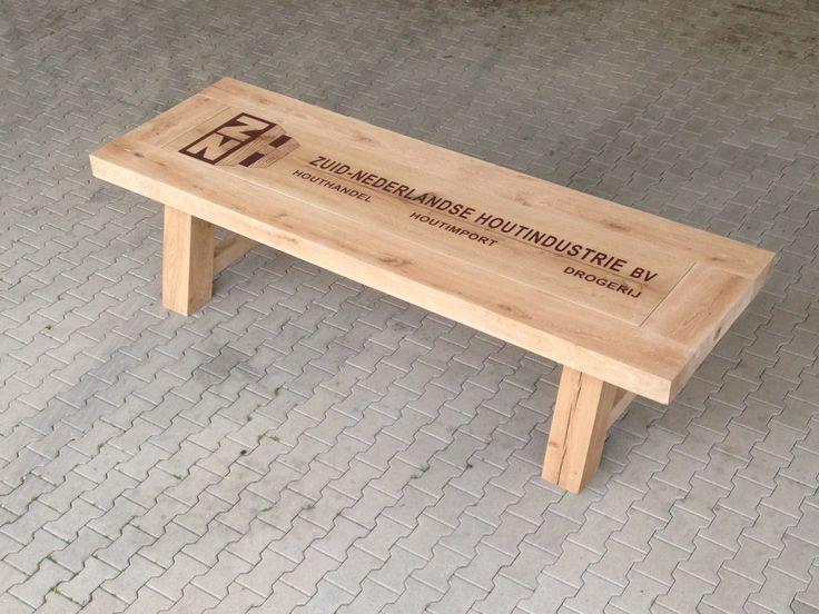 Diverse werkplekken vervaardigd van massief hout en Hpl decores. Massief eiken vergadertafel Massief eiken bureau van 6cm met een blind ...
