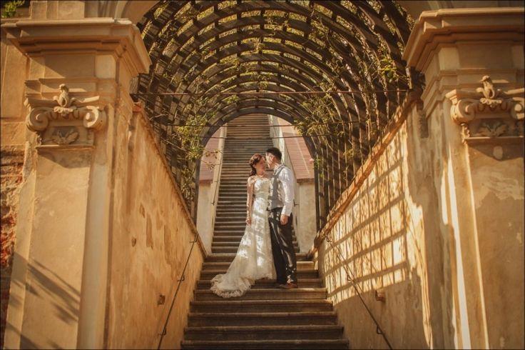 T+P / pre wedding portrait session in Prague
