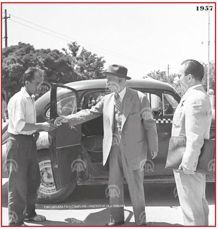 Bu adam; İsmet Paşa… Bu devleti kuranlardan; ikinci adam… Bir kahraman… Çok partili yaşamın önünü açtıktan, demokrasiyi işlettikten sonra, 1957'de Meclis'e taksiyle gelişinin resmi… Taksiciye ücretini verirken, Anadolu Ajansı'nın fotoğrafı bu… * 11 özel uçak var altınızda… 15 helikopter… 1500 Mercedes… * Taksiyle TBMM'ye gelen adam, sizi kovan dünyayı dize getirirken… Size düğün salonu vermeyip, bakanlarınızı sınır dışı ediyorlar… O taksinin parasını cebinden verirken, siz milletin parası…