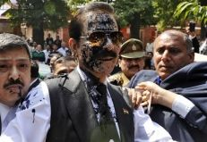 Ink attack on Subrata Roy http://www.throwpic.com/picture/Ink-attack-on-Subrata-Roy