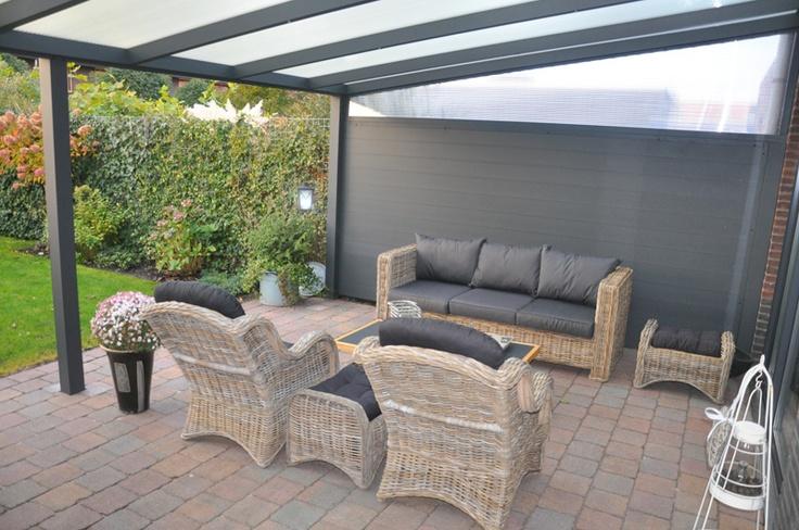 #terrasoverkapping met zijwand en lichtspie #veranda #overkapping #buitenleven #zonwering www.fremazonwering.nl