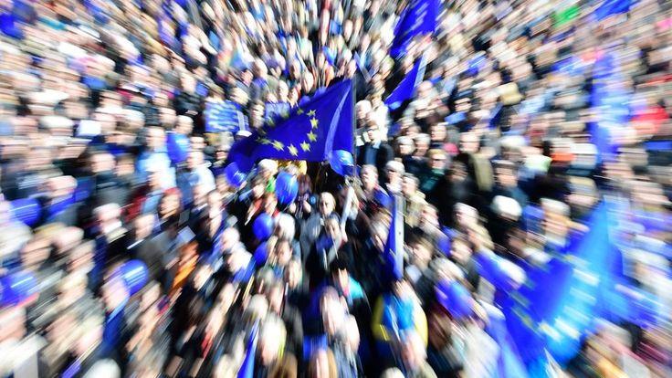 ERIC JOZSEF L'Europa non è solo Commissione, non è solo pareggio di bilancio, non e' solo austerità. E sebbene sia la pace e la stabilità che ci ha garantito dalla seconda guerra mondiale a oggi, non è neppure solo questo. L'Europa è valori, memoria collettiva, cultura, un immaginario comune, film, canzoni, Mitterrand e Kohl che si tengono per mano a Verdun, il muro di Berlino in frantumi nel 1989, l'Erasmus, l'Interail attraverso le frontiere quando ancora c'erano le frontiere. Lo scorso…
