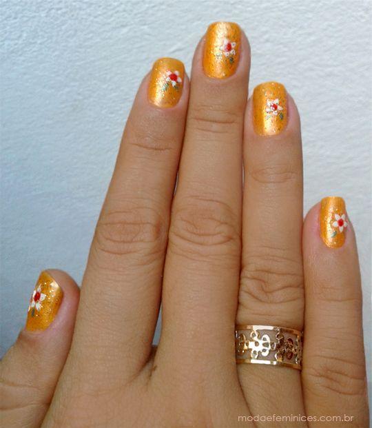 UNHAS: Orange decorada | Orange nail, verniz, nail art esmalte laranja, unhas artisticas, flores, unha com flor http://modaefeminices.com.br/2014/03/03/unhas-de-carnaval-orange-decorada/