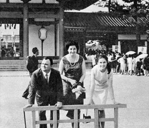 Gigliola Cinquetti con la madre e Luciano Tajoli nella sua prima tournèe in Giappone