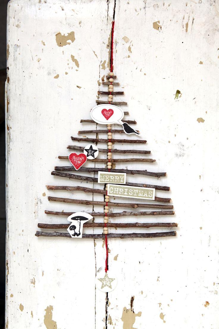 Ast für Ast. Ein kleines Kunstwerk aus feinen Ästen, aufgereiht an einer Schnur mit Perlen. Ein ganz besonderer Weihnachtsschmuck für Wand und Tür. Material: Echte Äste mit Faden verbunden. Applikationen aus bedruckter Pappe. Maße: ca. 200 x 240 mm