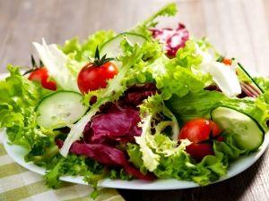 25 pomysłów na letnie sałatki