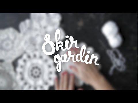 DIY-film: Gör en gardin av virkade dukar - YouTube