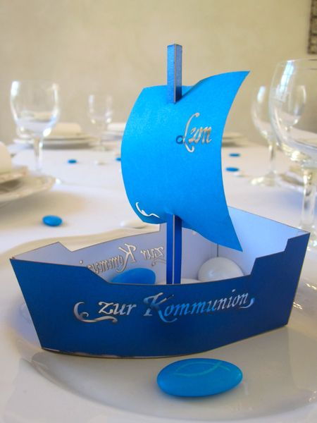 Ein kleine Schiffchen ,das sicherlich jedem Gast eine Freude bereitet und liebevoll danke sagt.    Der Schriftzug zur Kommunion sind herausgeschnit...