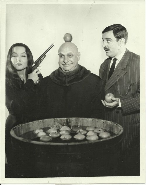 beautyandterrordance:  Morticia looks very amused with Uncle...