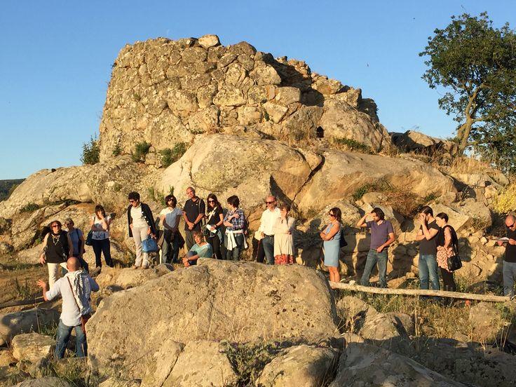 La visita guidata con l'archeologo Demis Murgia al nuraghe Tanca Manna prima del concerto di Xin Wang e Florian Koltun a Nuoro per la stagione dell'Ente Musicale di Nuoro