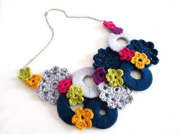 Colar de crochê multicolorido, motivo floral, com corrente.  * Fecho de metal * Tamanho único  ** Encomende em outras cores R$ 85,00