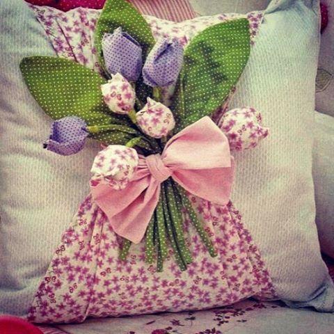 ... И вот такая милая подушкаНАПОЛНЕННАЯ Гипоаллергенным синтепоном... натуральный хлопок основа лен Доя заказа пишите в Whatsapp и direkt #текстильныйкороб #текстильныетюльпаны #рукоделие #текстиль #пэчворк #декор #пэчворкназаказ #для дома #дляуюта #рукоделие