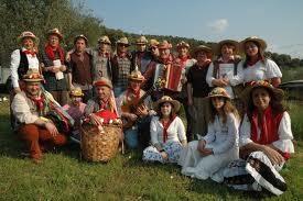 """De """"Cantamaggio"""" zijn een typisch Toscaanse traditie. Vannacht (nacht van 30 april op 1 mei) zingen ze overal in de dorpen, maar vooral in de Maremma. Op de foto het koor van Braccagni. Lees meer over de Cantamaggio in:  http://italiamagia.com/2011/06/tradities-in-toscane-il-cantamaggio/"""