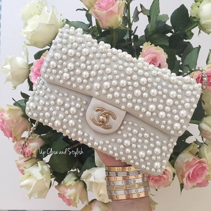 Chanel and pearls for the lady. #chanel #roses #pearls
