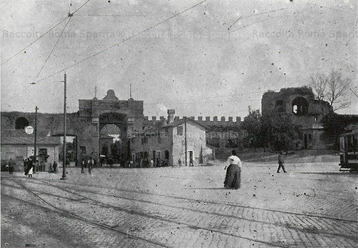 Porta San Giovanni vista da dentro le mura. Anno: 1905 ca.