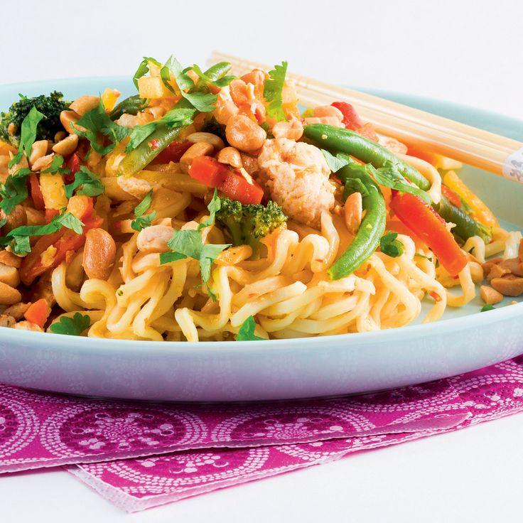 Thaimaalainen ruoka pad thai eli paistetut nuudelit on suosittu ruokalaji, jota voi kutsua myös pyttipannun thaimaalaiseksi versioksi.