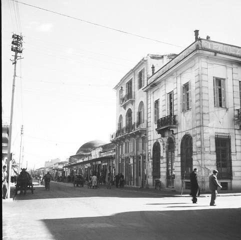 Λάρισα Οδός Μακεδονίας (νυν Βενιζέλου) από την οδό Βασ. Σοφίας (νυν Παπαναστασίου) προς το τζαμί,1950 φωτ.Τάκης Τλούπας