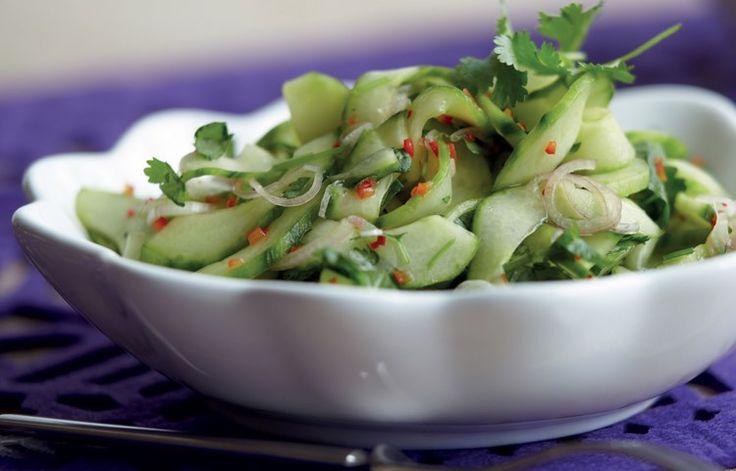 Thailändsk gurksallad med chili och färsk koriander