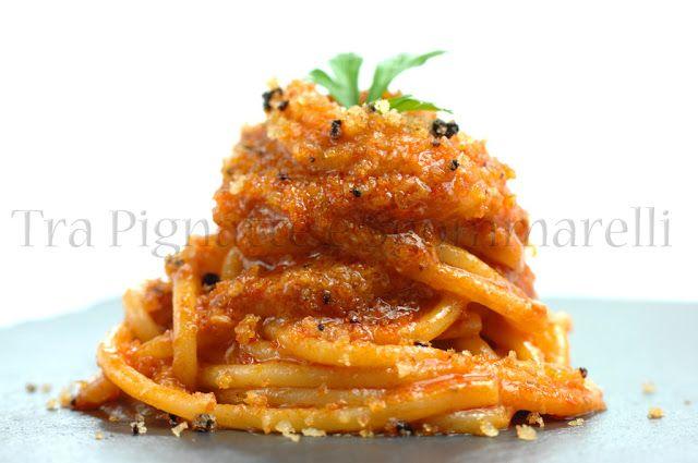 Spaghettoni con crema di peperone rosso e cipolla di Tropea, alici e croccante di pane all'aglio nero
