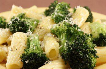 Ve větším hrnci si dáme vařit balení těstovin. Na pánvičce mezitím osmažíme najemno nakrájenou cibulku, až bude zlatavá přihodíme k ní šunku a párky podle chuti. Necháme chvíli opéct a nakonec přihodíme asi na 1-2 minuty střapečky brokolice. V jiném hrníčku si rozmícháme vajíčko se zakysanou smetanou. Těstoviny těsně před změknutím vypneme a přecedíme. Dáme je do zapékací mísy. Přidáme směs s brokolicí a celé to zalijeme umíchaným vajíčkem se zakysanou smetanou. Dáme zapékat do trouby na…