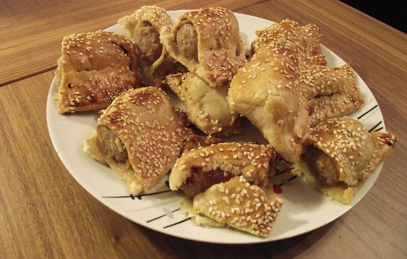 Rotolini di pasta sfoglia con salsiccia