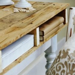 Repurpose and recycle with style. Simple DIY tutorial for making this desk from a discarded pallet.