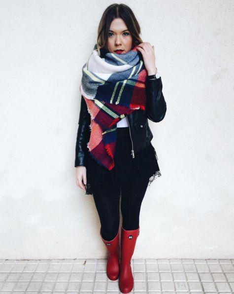 Look de Natalia Rasillo con botas de agua rojas de Gioseppo y bufanda-manta a cuadros.