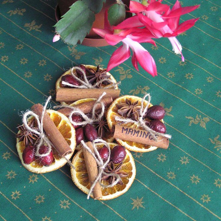 Voňavé+vánoční+jmenovky+Ručně+vyráběné+jmenovky+ze+sušených+pomerančů+a+šípků,+zdobené+badyánem,+skořicí+a+přírodním+provázkem.+Na+zadní+straně+jmenovky+je+lepítko,+kterým+jmenovku+snadno+upevníte+na+dáreček.+Na+skořici+lze+snadno+napsat+/např.+lihovým+fixem/+jméno+obdarovaného.+Více+se+dočtete+v+mém+blogu.+Cena+je+za+1+ks.