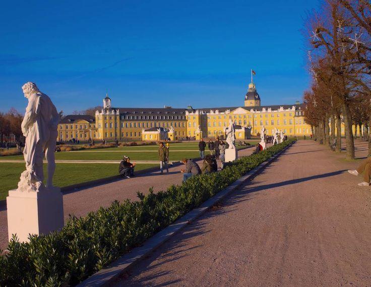 Schönen Dienstag Abend! Habt ihr auch am Wochenende das super Wetter genossen? Sieht gar nicht so aus als wäre es Mitte #Dezember... #visitkarlsruhe #visitbawu #bwjetzt #meinbw #schloss #schlosskarlsruhe #Karlsruhe #castle #travel #bluesky #instalike #amazing #palace #tuesday #latergram #explore #explorethecity #city #citylights #sun #winter