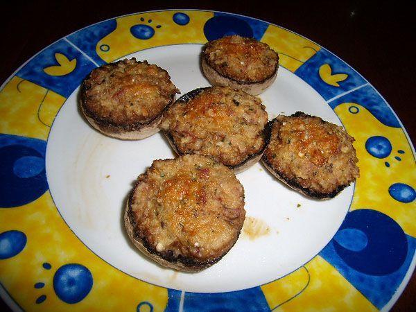 Questa ricetta può essere preparata per servire un velocissimo e facilissimo secondo piatto, preparato con le cappelle dei funghi riempite di prosciutto cotto, mollica, pangrattato e parmigiano.