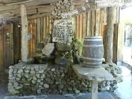 O fogar do santiso, cerca de Santiago, no hay lugar más enxebre para comer, y está todo riquísimo, los sábados a las 12 hacen queimada con el conxuro y vestidos de antiguos celtas