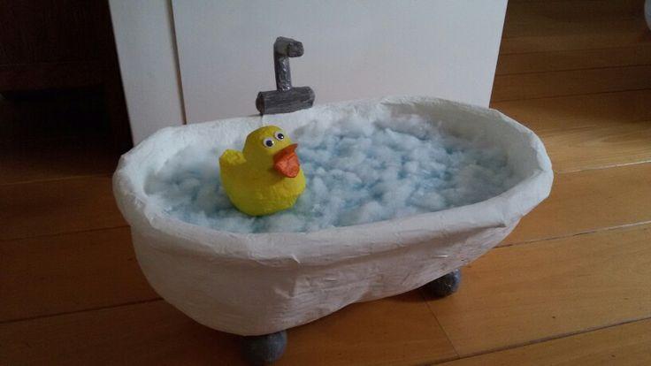 Sinterklaas surprise. Ligbad met badeend gemaakt van papiermaché. Kadootjes liggen onder het water.