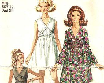 Coupe 7731 Vintage Vogue Misses robe ou un pull avec le patron de couture jupe plissée inversé Buste taille 12 34. Pull ajusté ou une robe a coupe emmanchures et encolure bijou avec fente devant. Jupe a l'avant et dos, pinces et fronces. Poches dans les coutures latérales. Acheté ceintures et chemisier. Modèle État : Coupe/complet en bon état État de l'enveloppe : dans l'ensemble bon état de propreté, haut coutures commencent à split. Tous les modèles sont livrés dans un sac en plastique ...