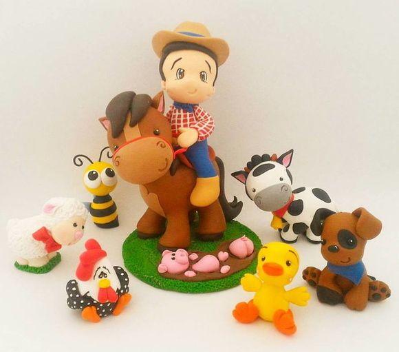 Topo de bolo fazendinha, em biscuit, porcelana fria.  Topo de bolo composto por, um menino ou menina no cavalo, sobre uma base, forrada, mais 6 bichinhos da fazenda para espalhar pelo bolo e uma vela.