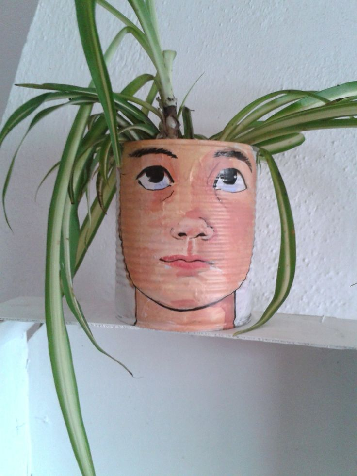 cara-macetero, lata reciclada. Retrato pintado con acrílicos