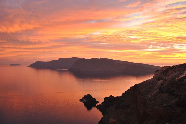 Colors are tangled in the sky for the perfect moment... #ArtMaisons #Santorini #Romance