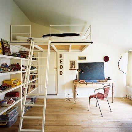 大きな収納棚で収納 ロフトのある部屋におすすめ。  壁一面を収納スペースにして、 残りを有効活用する。