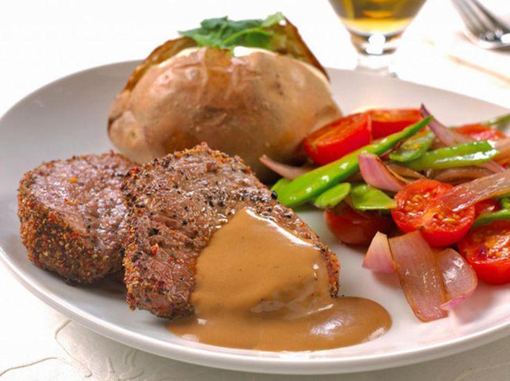 En klassisk biff. Sterkhetsgraden kan du variere selv etter hvor mye pepper du bruker. Dette er deilig middag, server den til familie og venner.Kilde: Opplysningskontoret for egg og kjøtt. Foto: Opplysningskontoret for egg og kjøtt/Alf Børjesson
